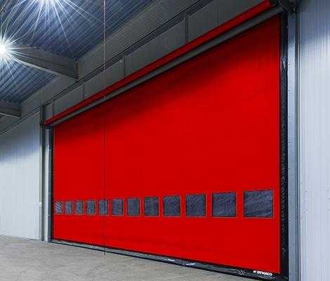 Rode snelroldeur in een grote hal