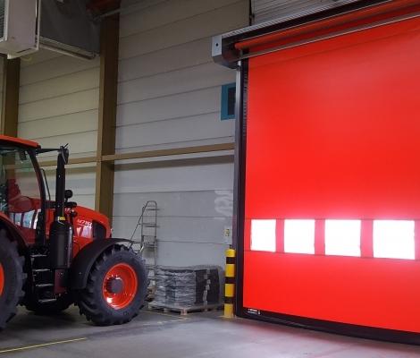 rode deur met tracktor